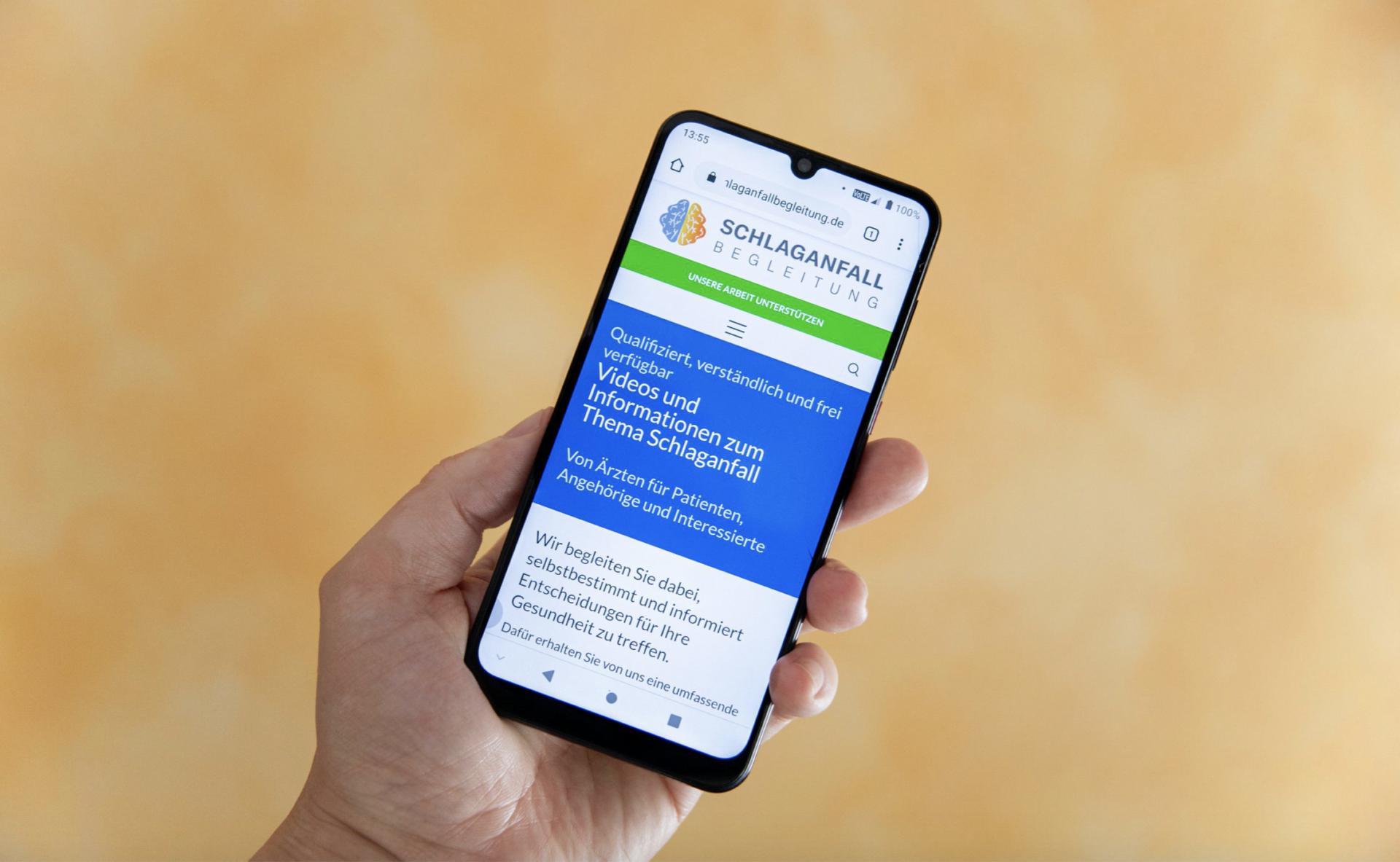 Screenshot der mobilen Ansicht des Gesundheitsportals Schlaganfallbegleitung.de auf dem Handy